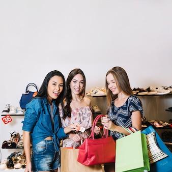 Content-modelle mit handtasche im shop