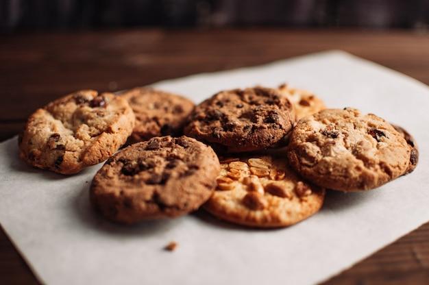 Cookies auf einem hölzernen hintergrund (tiefenschärfe)