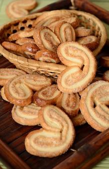 Cookies auf einem hölzernen tablett