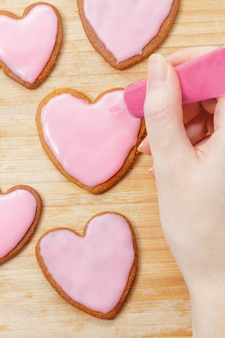 Cookies für den valentinstag-dekorationsprozess