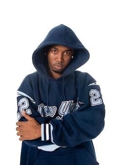 Cool junge hip-hop-mann auf weißem hintergrund