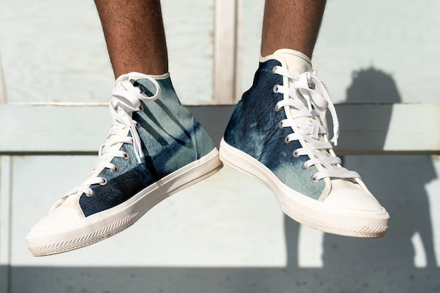 Coole canvas sneakers herrenbekleidung sommermode fotoshooting