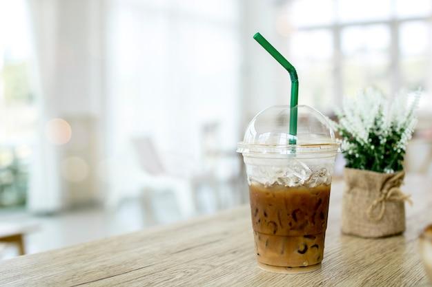 Coole cappuccino und eis kaffeetasse am tisch im café