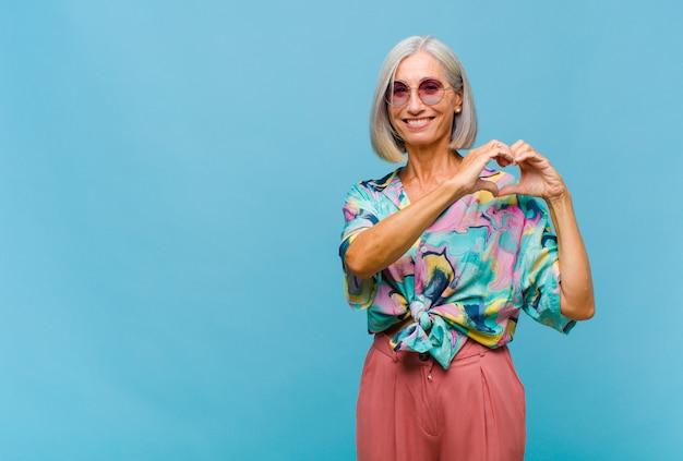 Coole frau des mittleren alters, die lächelt und glücklich fühlt