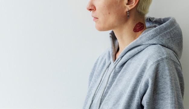 Coole frau im grauen hoodie