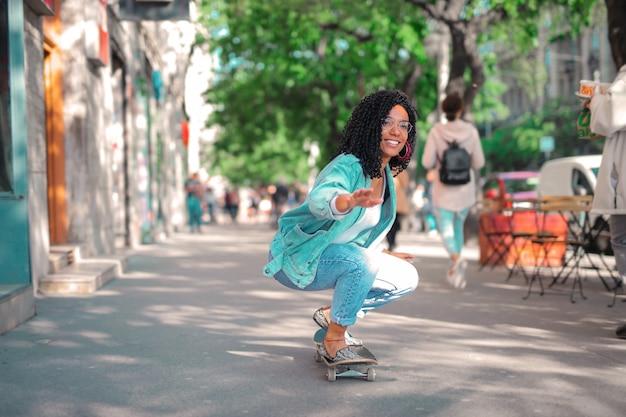Coole frau skateboarden