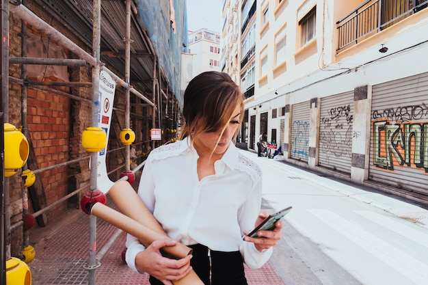 Coole geschäftsfrau sms mit dem telefon