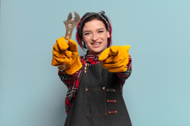 Coole handwerkerin mit roten haaren