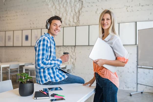 Coole junge stilvolle glückliche leute im mitarbeitenden büro
