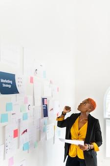 Coole schwarze geschäftsfrau, die eine marketingstrategie plant