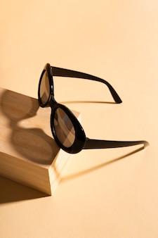 Coole sonnenbrille der nahaufnahme mit schatten