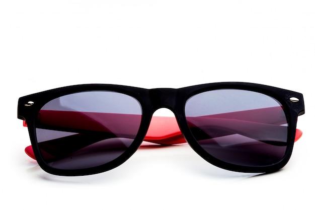 Coole sonnenbrille isoliert. in schwarzem kunststoffrahmen