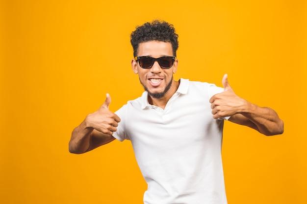 Cooler afroamerikanischer mann, der sonnenbrille über lokalisiertem hintergrund trägt