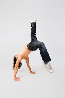 Cooler breakdancer, der auf einfachem hintergrund ausfällt
