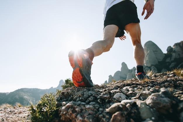Cooler mann mit tätowierungen ultra trail runner