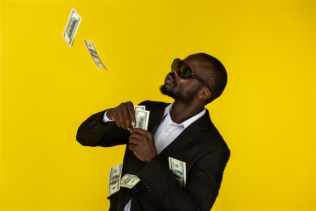 Cooler mann wirft dollar