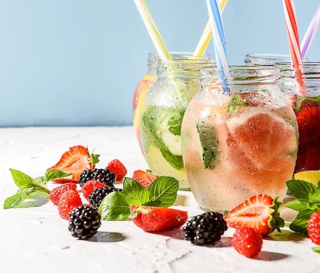 Cooler vitamindrink mit früchten