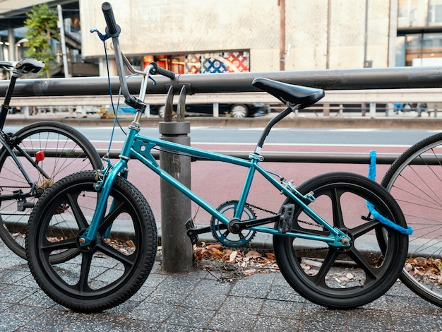 Cooles blaues fahrrad im freien