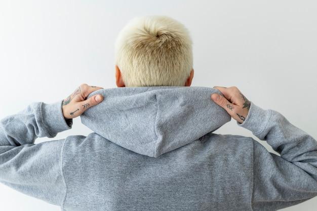 Cooles mädchen, das einen grauen hoodie trägt