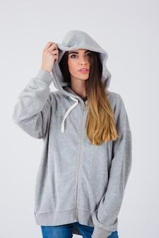 Cooles mädchen posiert mit sweatshirt