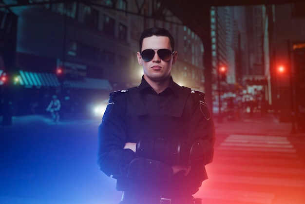 Cop in sonnenbrille, nachtstadt