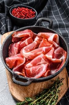 Coppa, capocollo, capicollo fleisch beliebte italienische antipasti essen. weißer hintergrund. draufsicht.