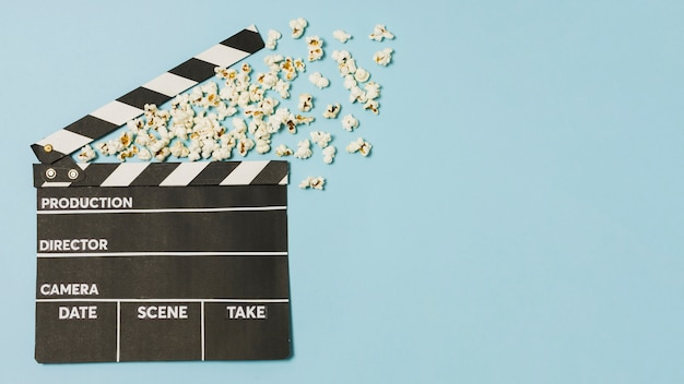 Copy-space-film slate und popcorn