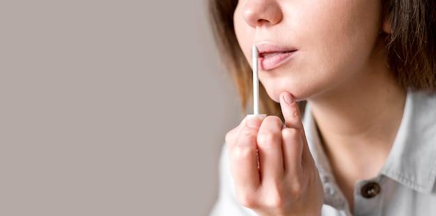Copy-space-frau mit lipgloss