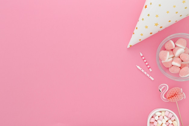 Copy-space geburtstagshut und süßigkeiten