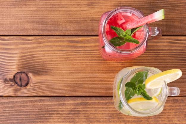 Copy-space-gläser mit getränken mit fruchtgeschmack