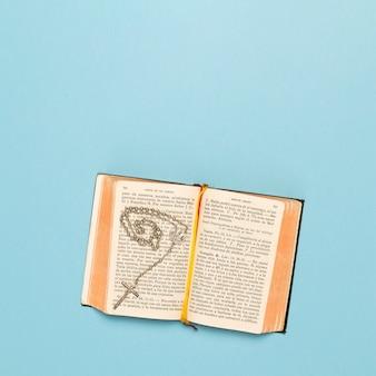 Copy-space-heilige schrift und halskette