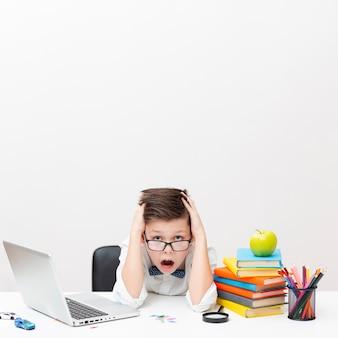 Copy-space-junge beim lesen im büro