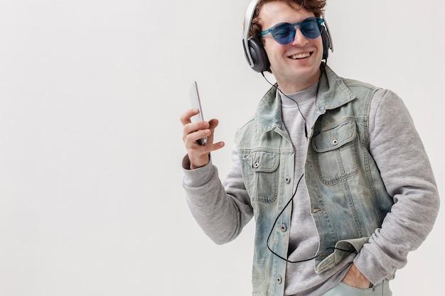 Copy-space-junge, der musik hört