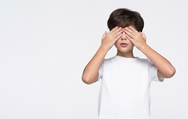Copy-space-junge spielt versteckspiel