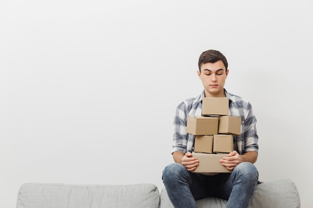 Copy-space-mann mit stapel von lieferboxen