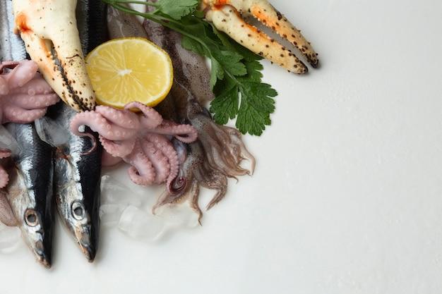 Copy-space-mix aus köstlichen meeresfrüchten