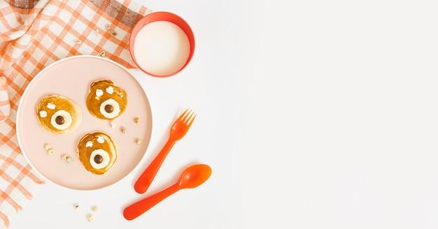 Copy-space-pfannkuchen mit früchten