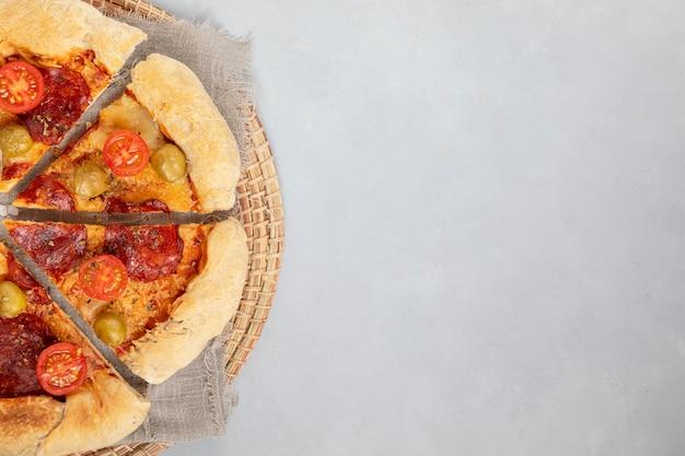 Copy-space-pizza in scheiben geschnitten