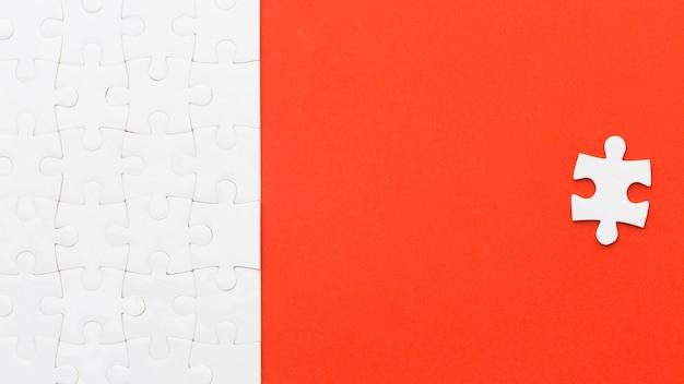 Copy-space-puzzle mit einem stück abstand
