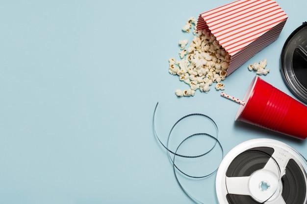 Copy-space-saft und popcorn