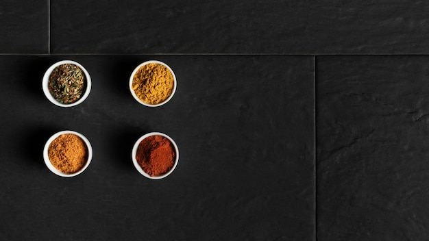 Copy-space-schalen mit gewürzen auf dem tisch