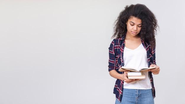 Copy-space teenager-mädchen lesen