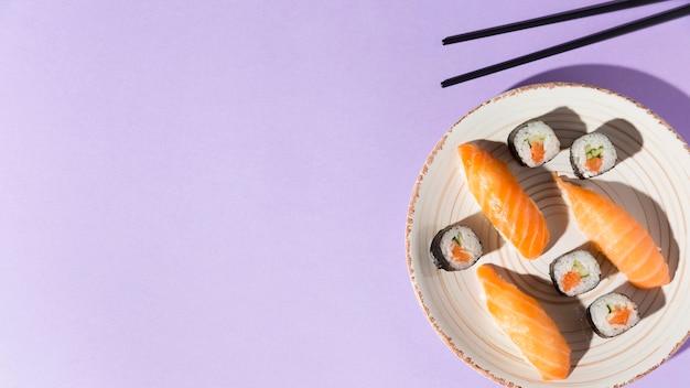 Copy-space-teller mit köstlicher auswahl an sushi