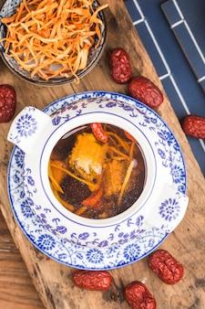 Cordyceps-blumenschweinefleischknochensuppe