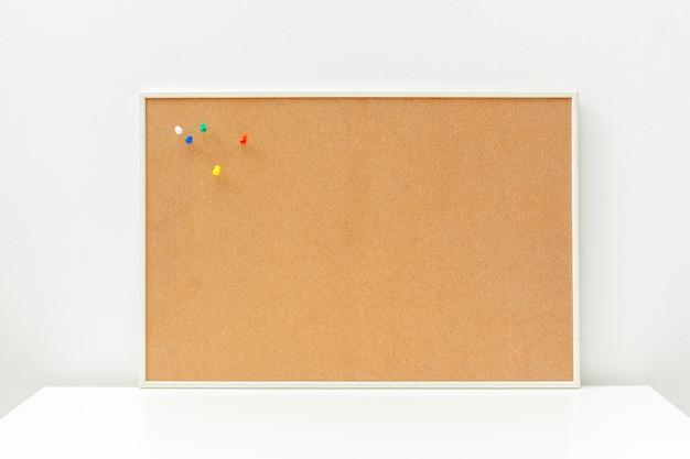Cork board auf dem tisch