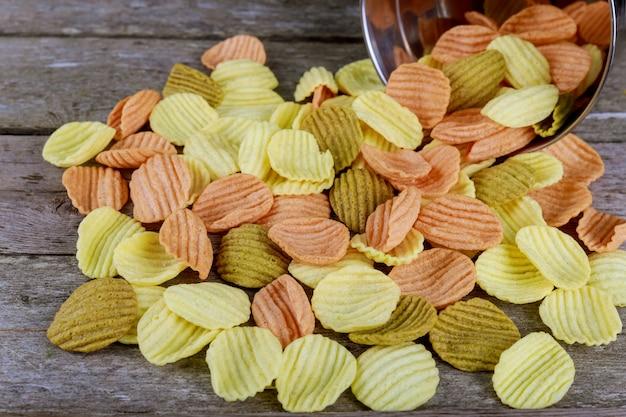 Corn chipe mit soße auf holztisch. selektiver fokus