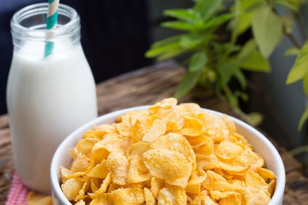 Corn-flakes-getreide auf weißer schüssel mit abschluss herauf schuss.