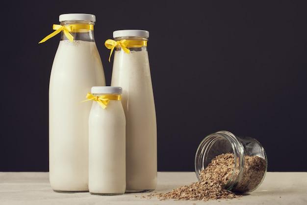Corn flakes getreide und milch frühstücken zum auf hölzernem hintergrund