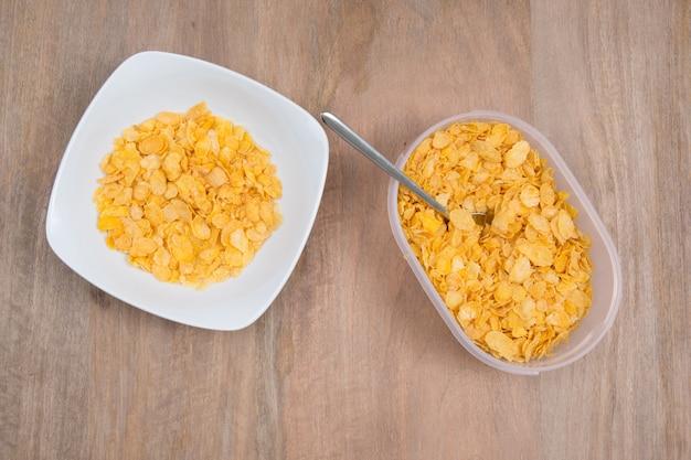 Corn-flakes in der porzellanschüssel lokalisiert auf weißem hintergrund