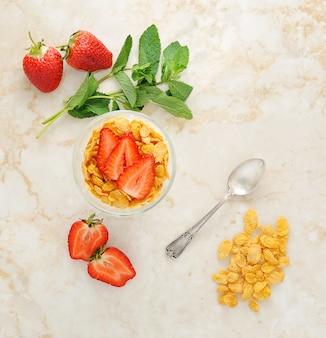 Corn flakes und erdbeeren zum frühstück
